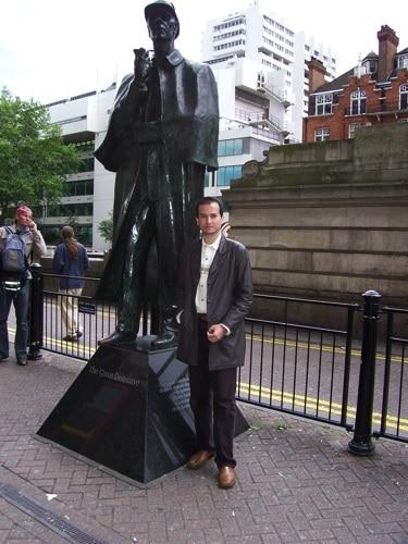 Eu e a estátua de bronze de Sherlock Holmes em Londres, perto do museu.