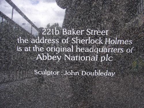 Esquerda do pedestal da estátua de Sherlock Holmes em Londres