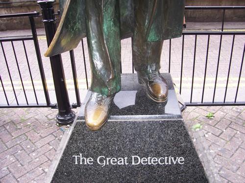Frente do pedestal da estátua de Sherlock Holmes em Londres