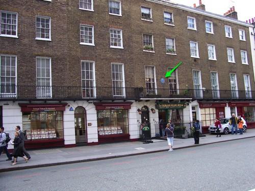 A fachada no Museu Sherlock Holmes já mostra o 221B