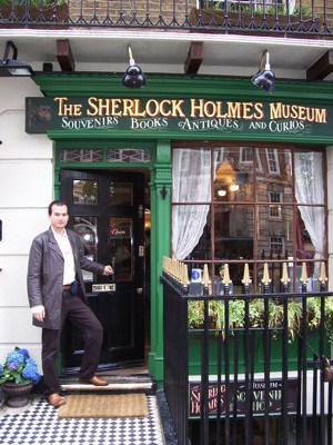 Glauco na entrada do Museu Sherlock Holmes