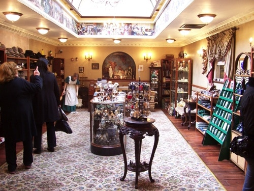 Clientes compram no Museu Sherlock Holmes