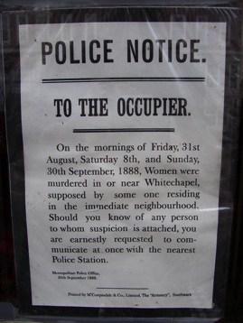 O turista vê um aviso na porta do Museu Sherlock Holmes