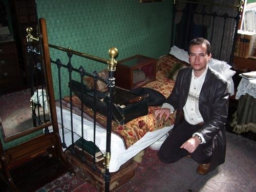 Glauco ao lado da cama de Sherlock no Museu Sherlock Holmes