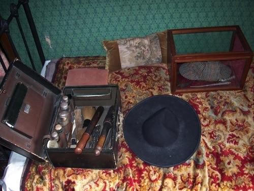 Objetos de Holmes vistos mais de perto sobre a cama