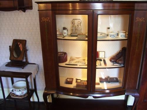 Uma estante no museu.