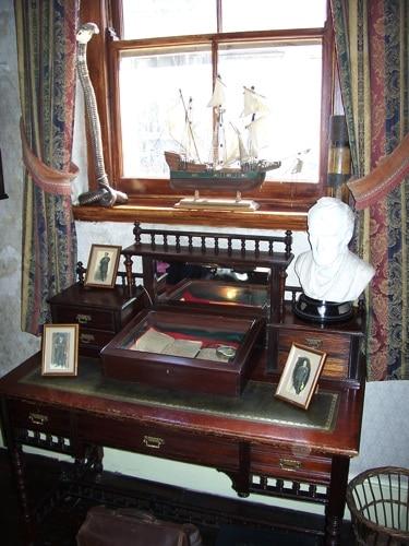 Janela vista por dentro, com mesa na frente.