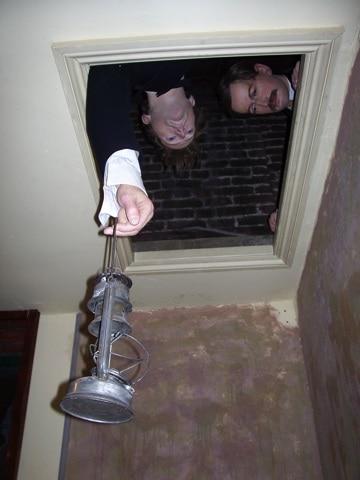 Bonecos das histórias: Holmes e Watson espiando de cima
