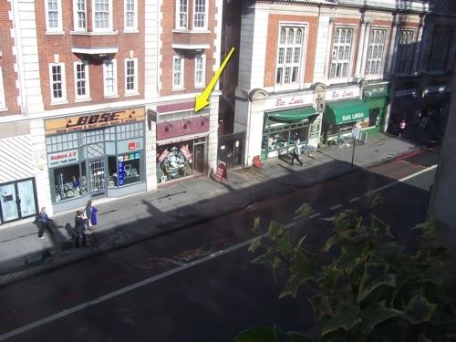 Olhando pela janela, à direita, no Museu Sherlock Holmes