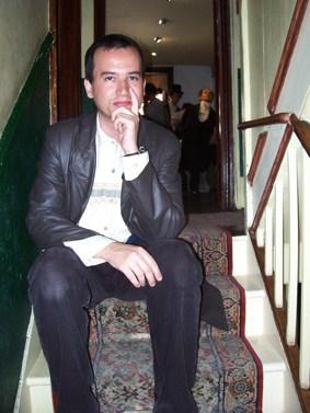 Glauco pensando na escada do Museu Sherlock Holmes...