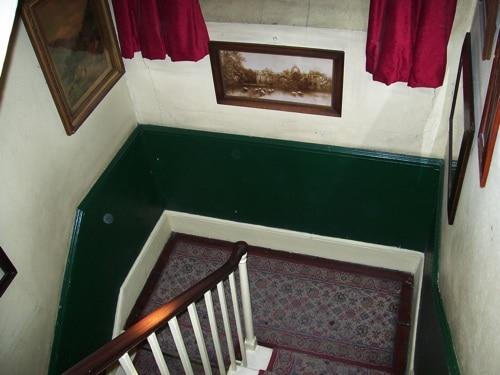 Descendo as escadas: fim do passeio no Museu Sherlock Holmes