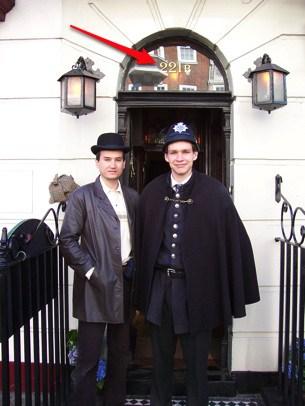 Entrada do Museu Sherlock Holmes, quando o turista usa chapéu típico de Londres