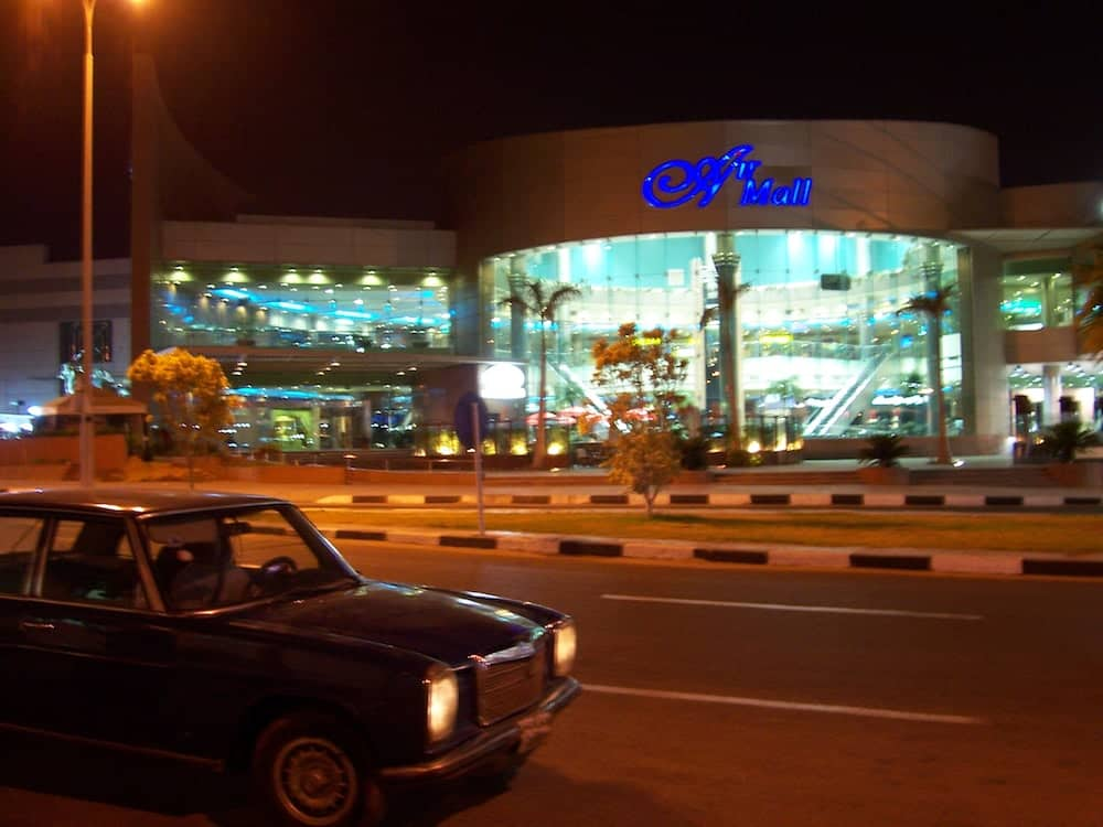 Em frente ao aeroporto do Cairo. A primeira vez que eu respirava o ar das ruas da cidade! Coração a mil por minuto!