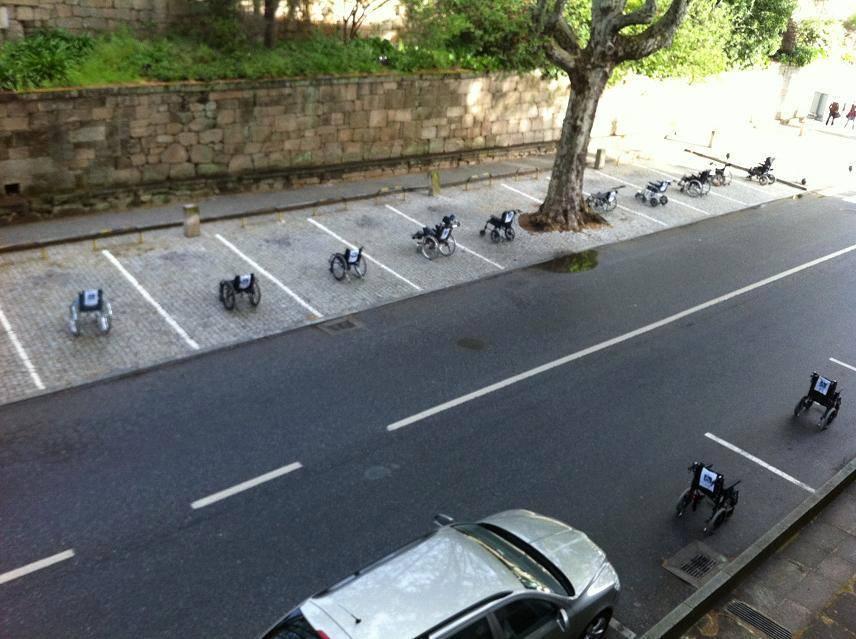 Cadeiras de rodas em vagas de carros: campanha de conscientização no trânsito