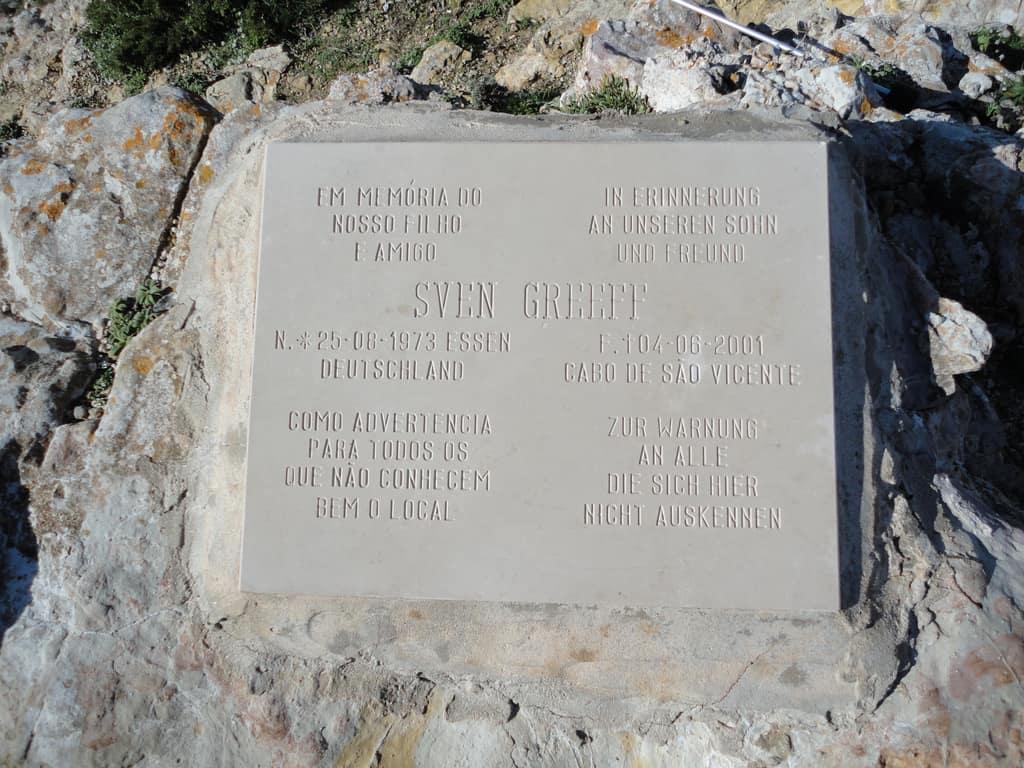 Em Sagres, uma placa em homenagem a um jovem que morreu ao cair no penhasco.