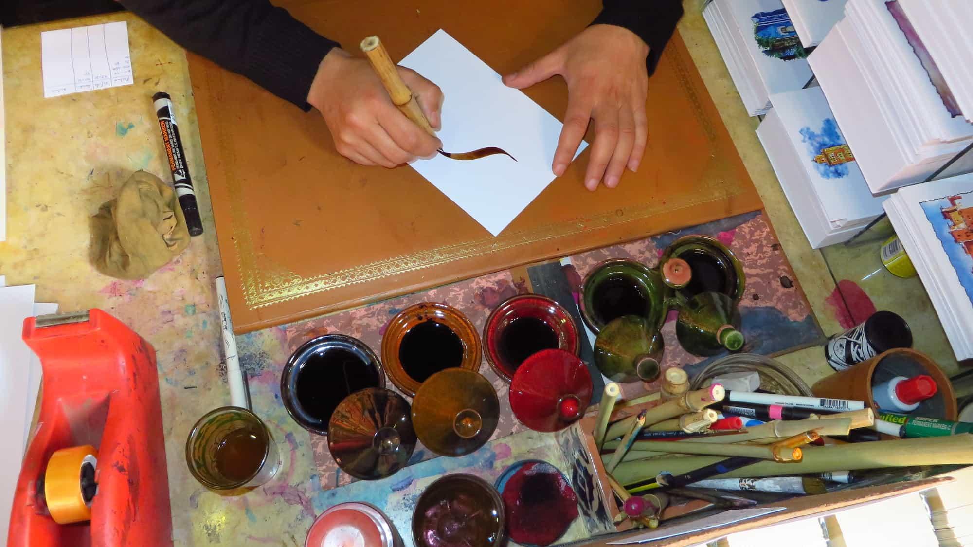 As tintas. Observe o bambu usado como caneta.