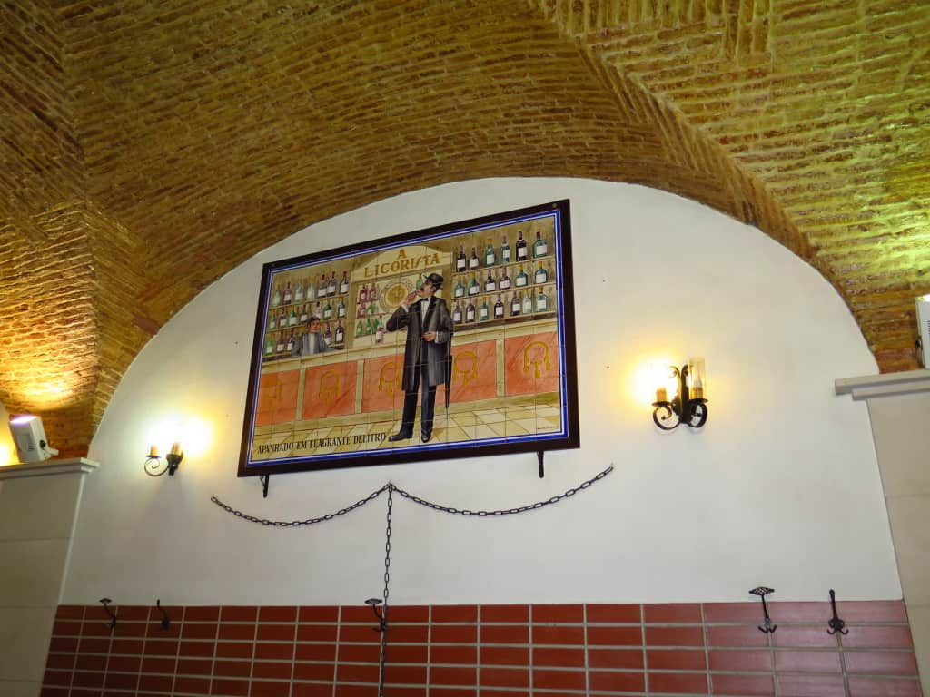Restaurante A Licorista, em Lisboa, e Fernando Pessoa: a origem de uma foto clássica do autor