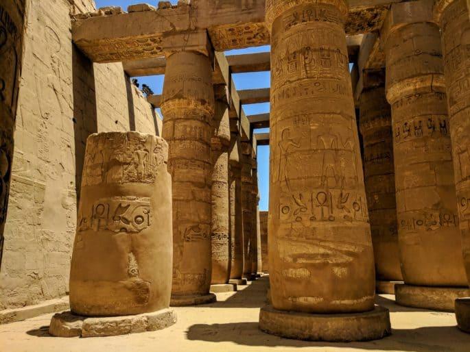 Colunas no Egito com inscrições.