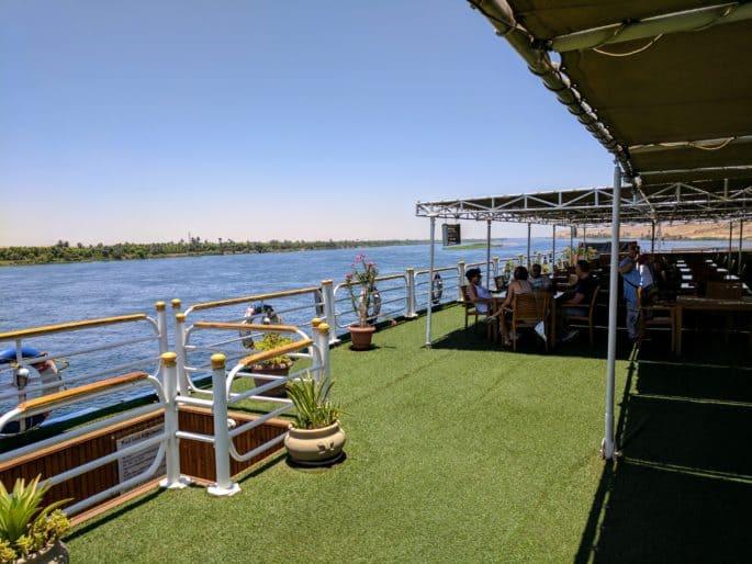 Navio em cruzeiro no Rio Nilo: convés do navio.
