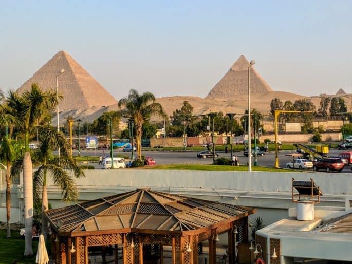 As Grandes Pirâmides vistas a partir de um hotel em Gizé.