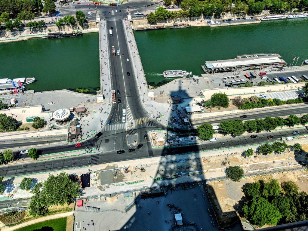 Sombra da Torre Eiffel no chão de Paris.