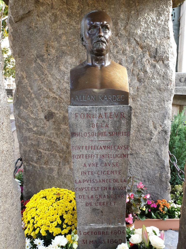 Busto de Kardec no cemitério em Paris.