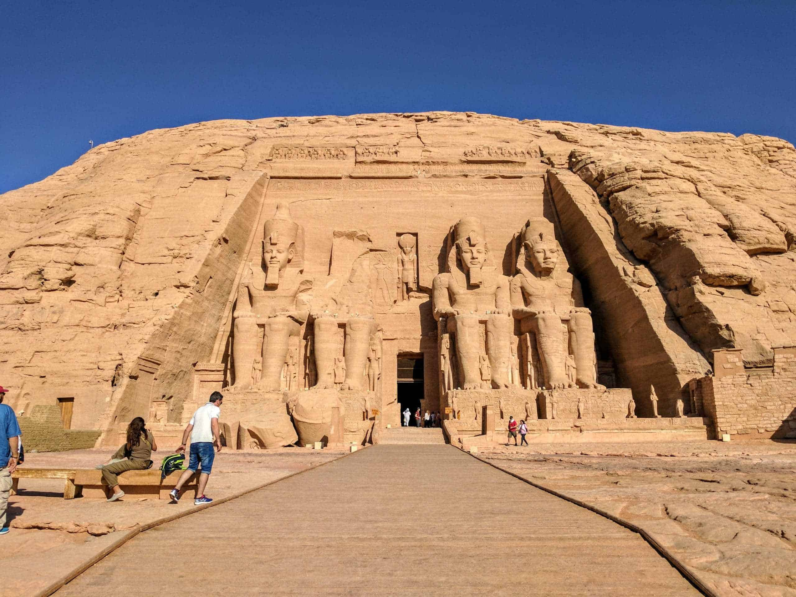 O turismo no Egito encanta com os templos de Abu Simbel.