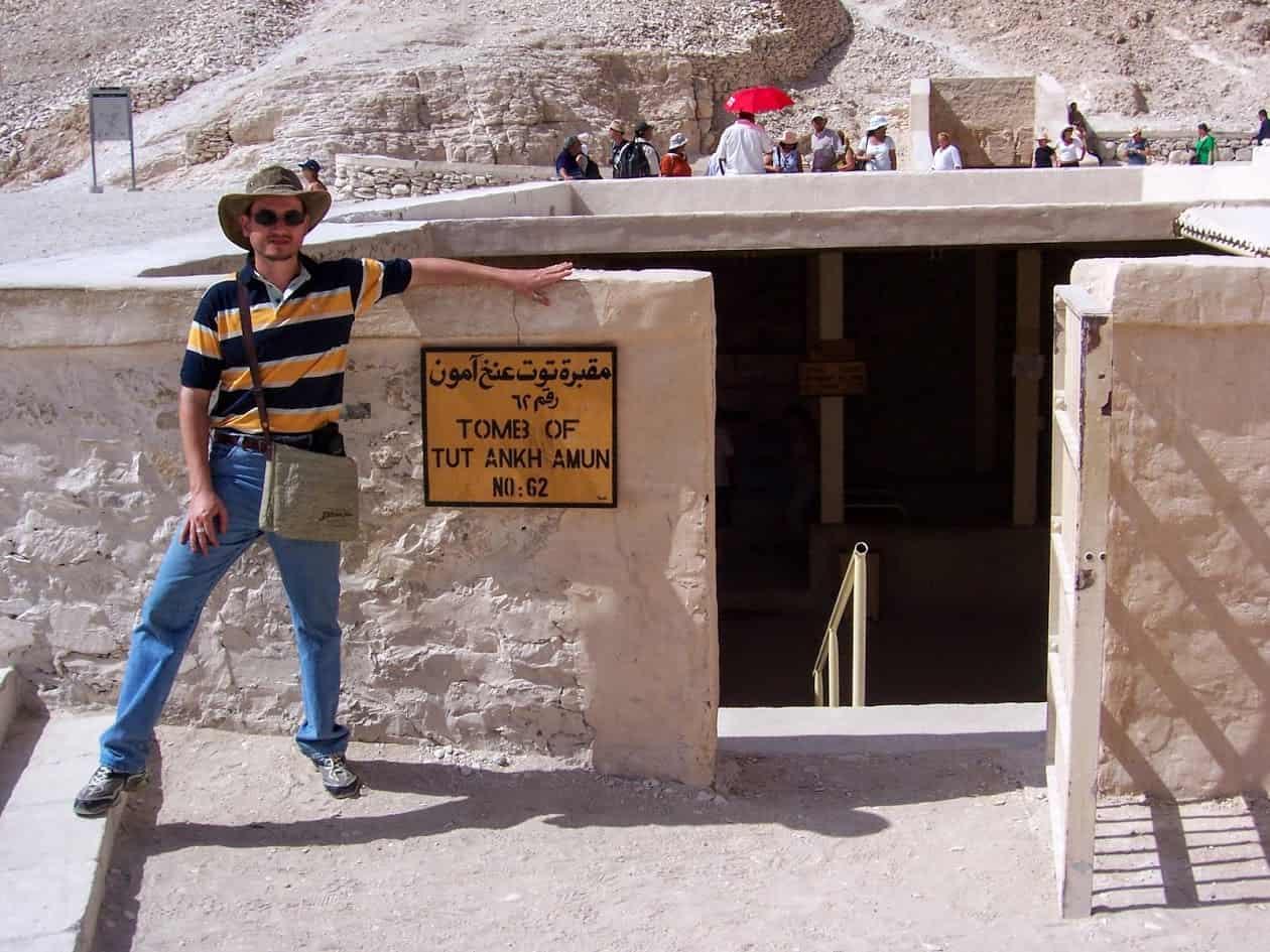 Glauco Damas em turismo no Egito: diante da entrada da Tumba de Tutancamon.