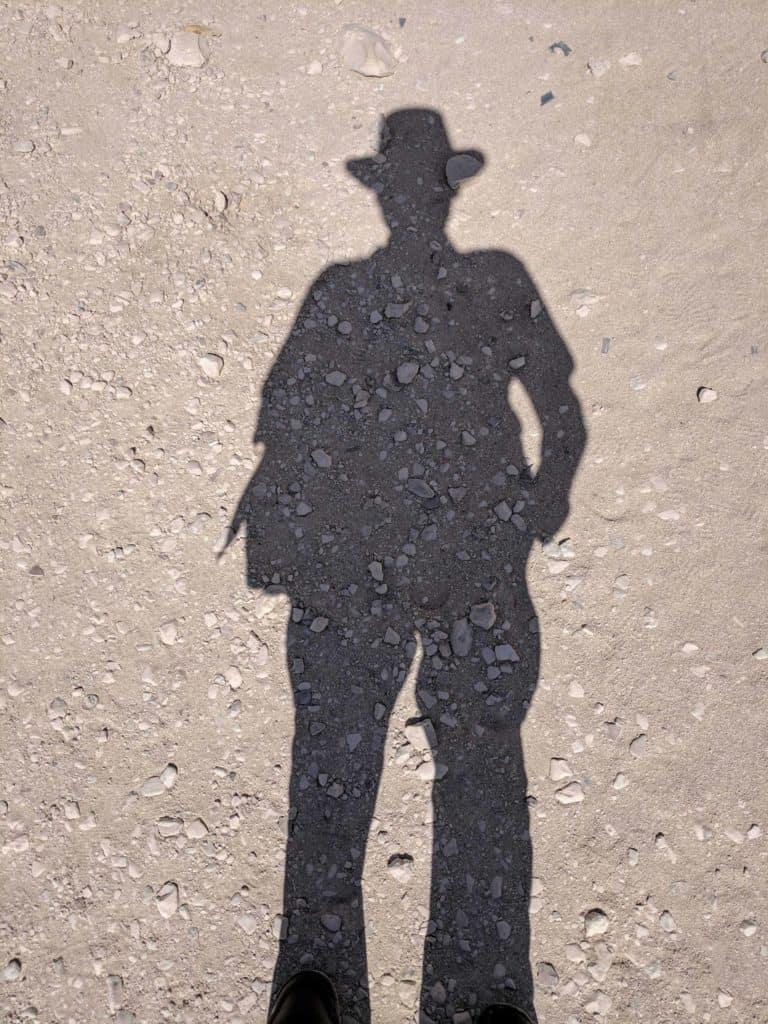 Encantos de visitar o Egito: fotografar a própria sombra em estilo Indiana Jones.