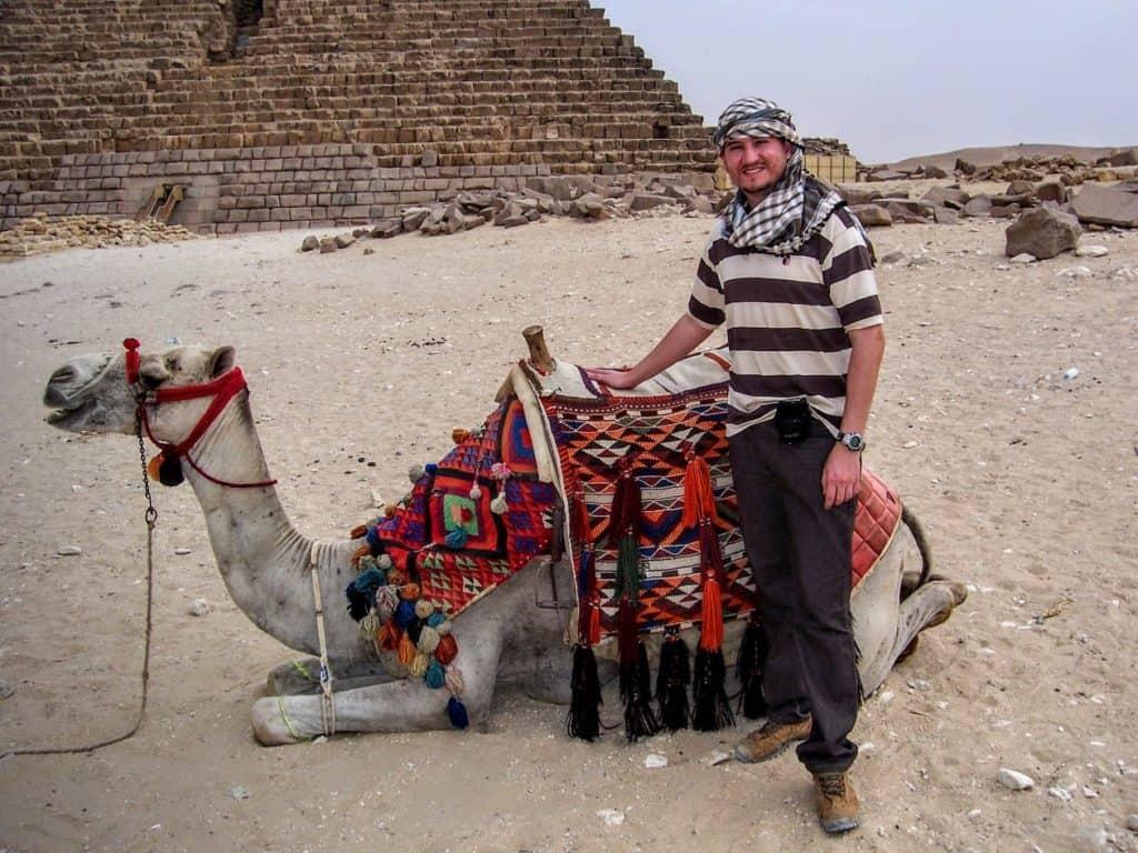 Glauco Damas ao lado de um camelo.
