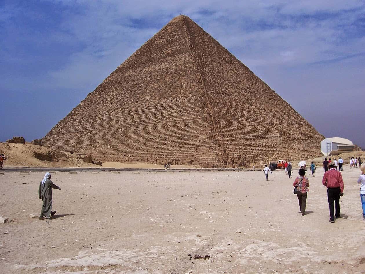Pessoas em turismo no Egito visitam as Grandes Pirâmides.