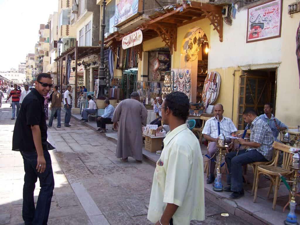 Conhecer os tradicionais mercados é um dos encantos de visitar o Egito.