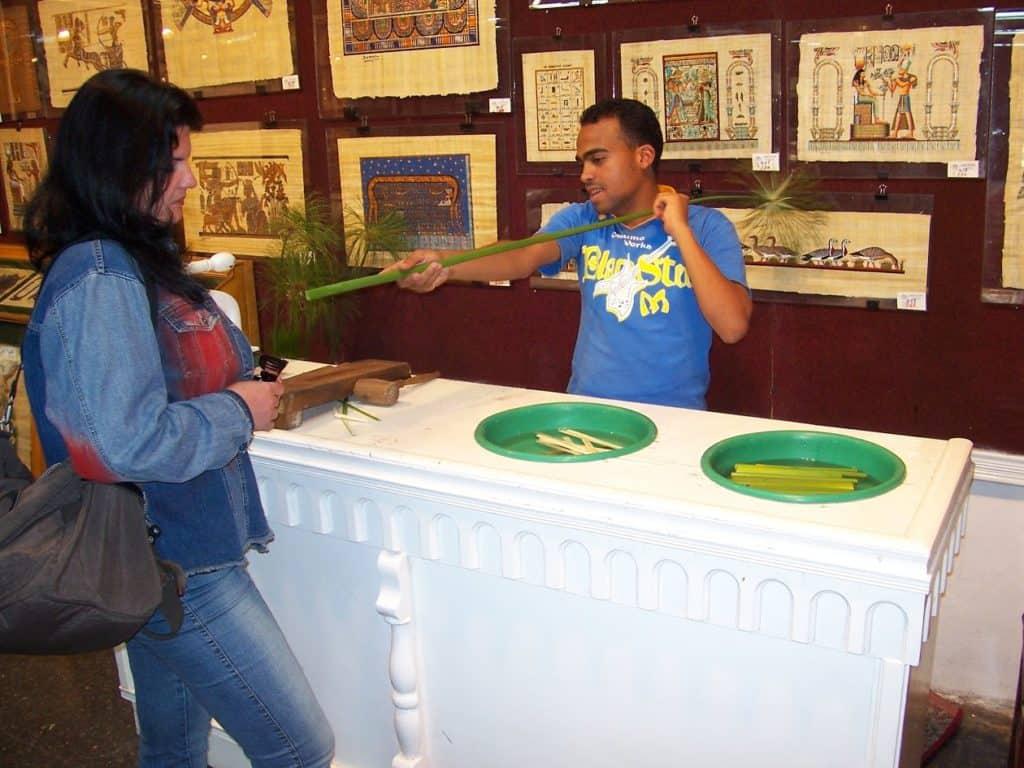 Ao visitar o Egito, turista conhece o preparo do papiro.