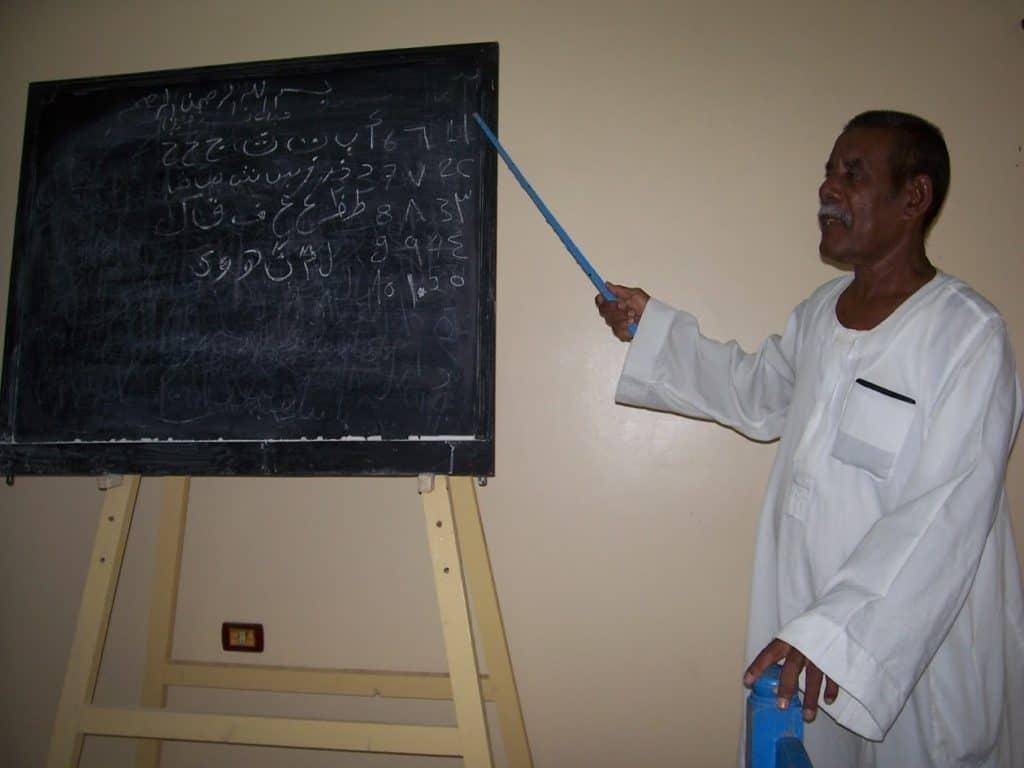 Em turismo no Egito, grupo de turistas tem uma breve aula de árabe.