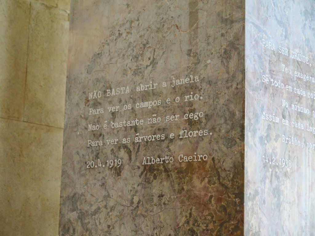 Mais trechos de obras de Fernando Pessoa no túmulo dele.