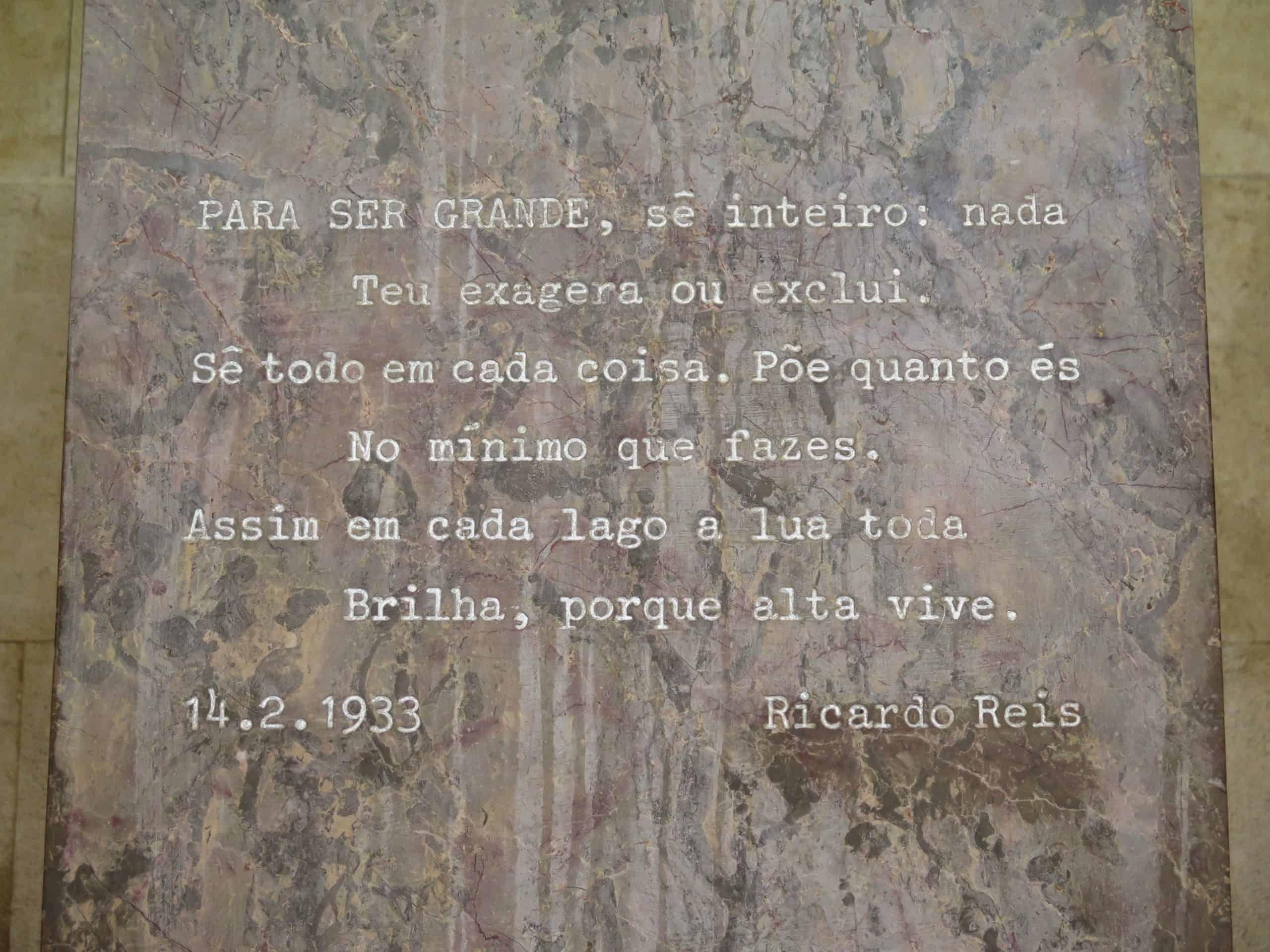 Trechos de obras de Fernando Pessoa no túmulo dele.