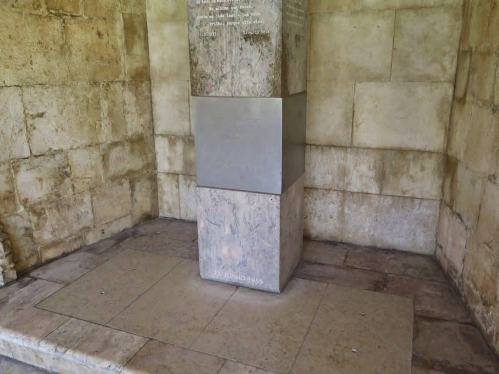 Outra imagem do túmulo.