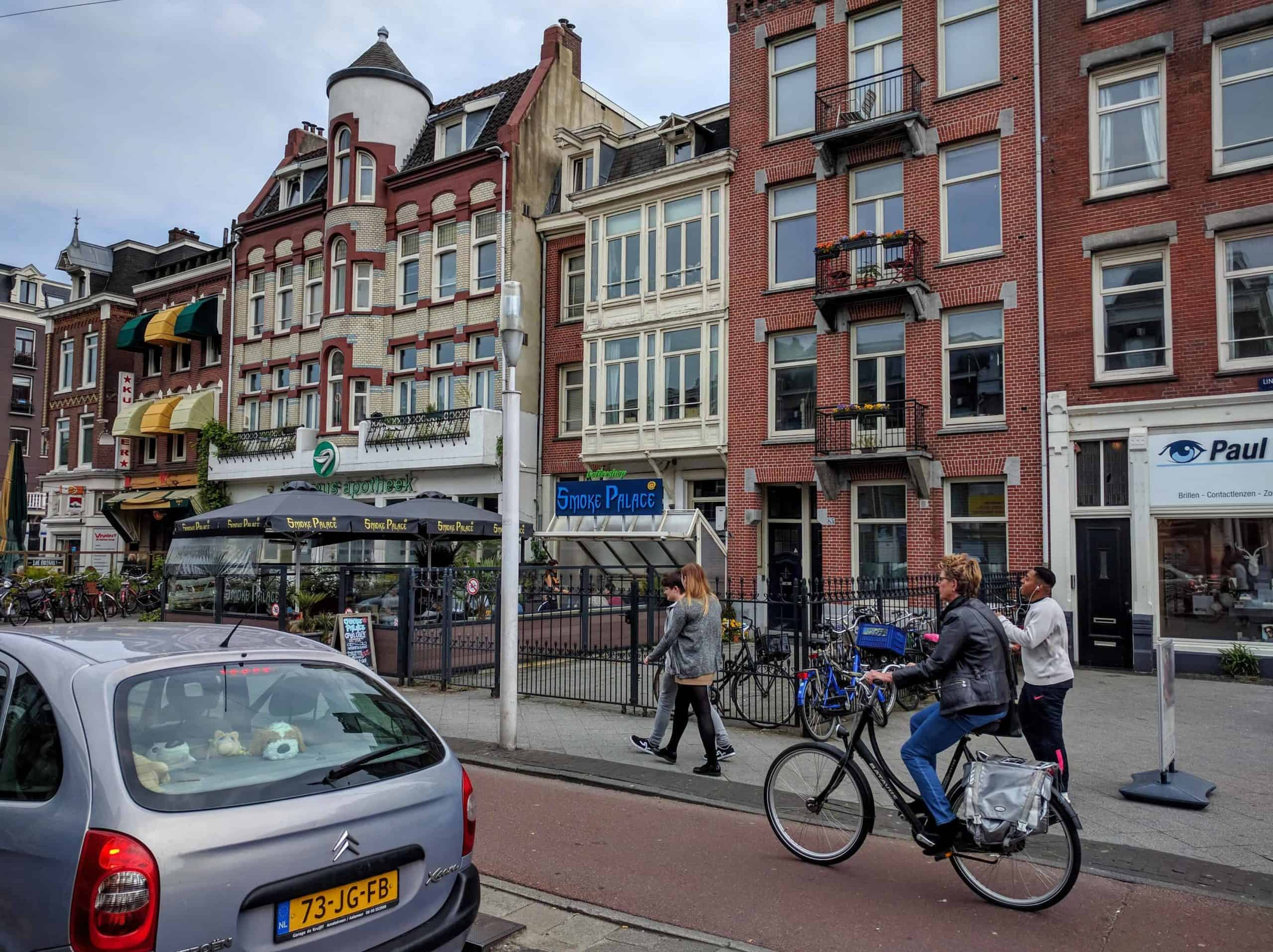 Exemplo de coffeeshop e do uso de canábis em Amsterdam.
