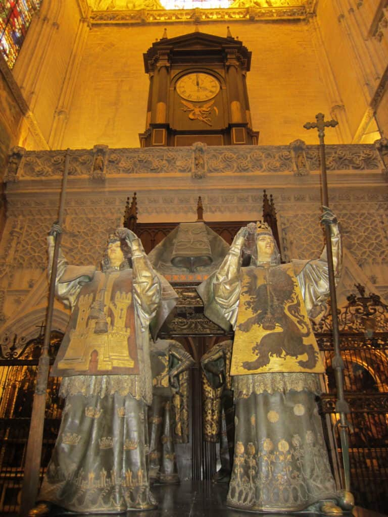 Visão frontal do túmulo de Cristóvão Colombo.