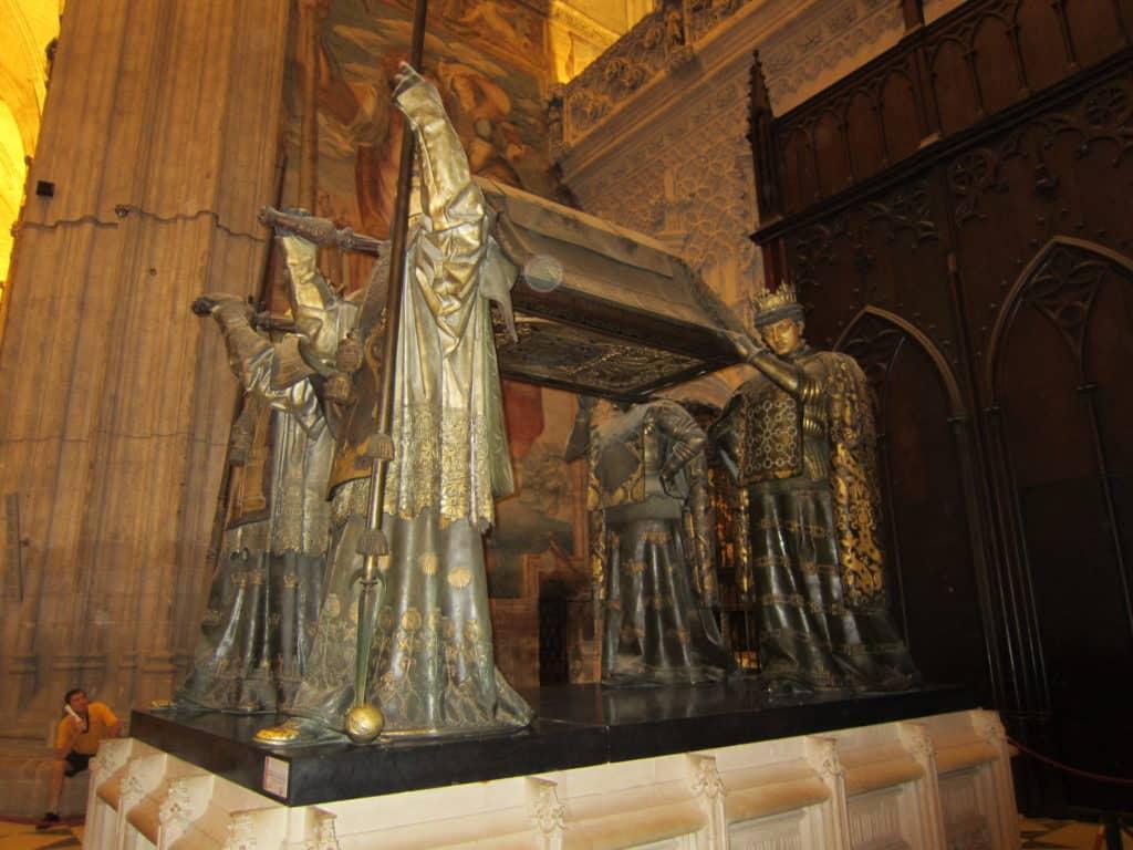 Vista lateral maior do túmulo de Cristóvão Colombo.