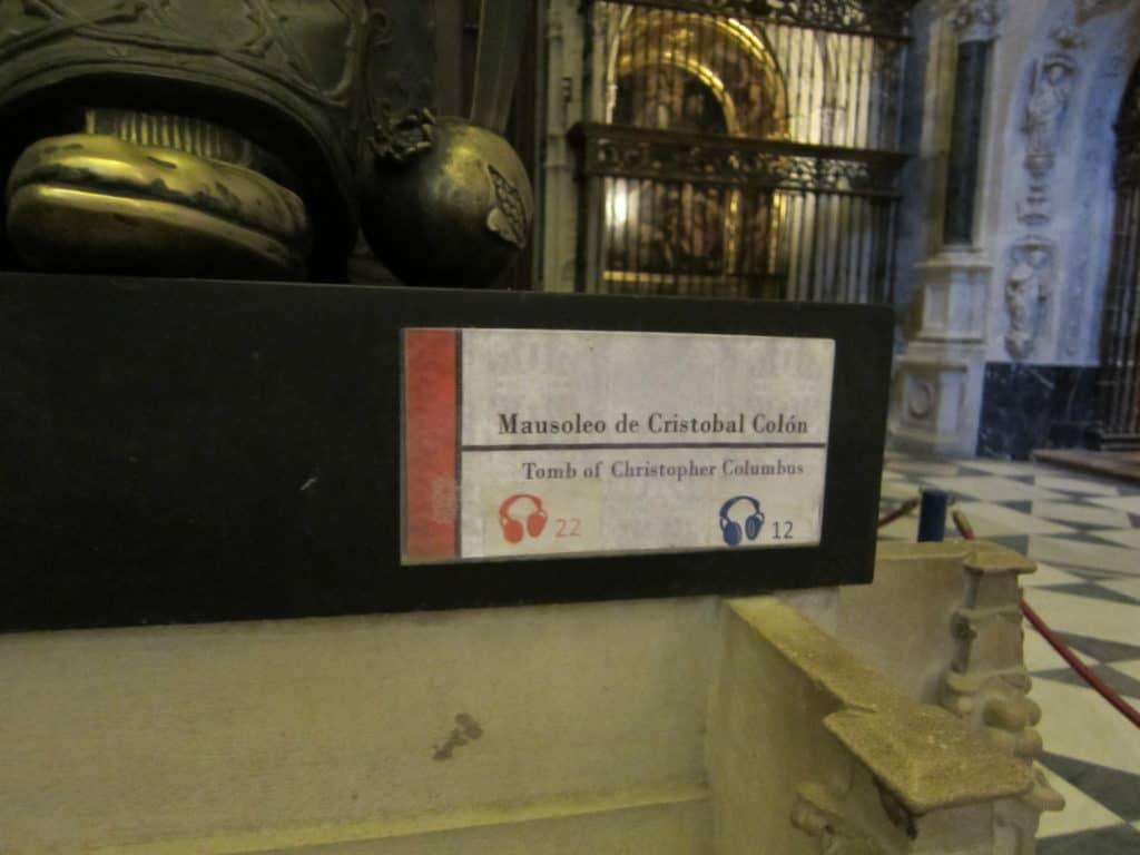 Placa de identificação no túmulo de Cristóvão Colombo, na Catedral de Sevilha.