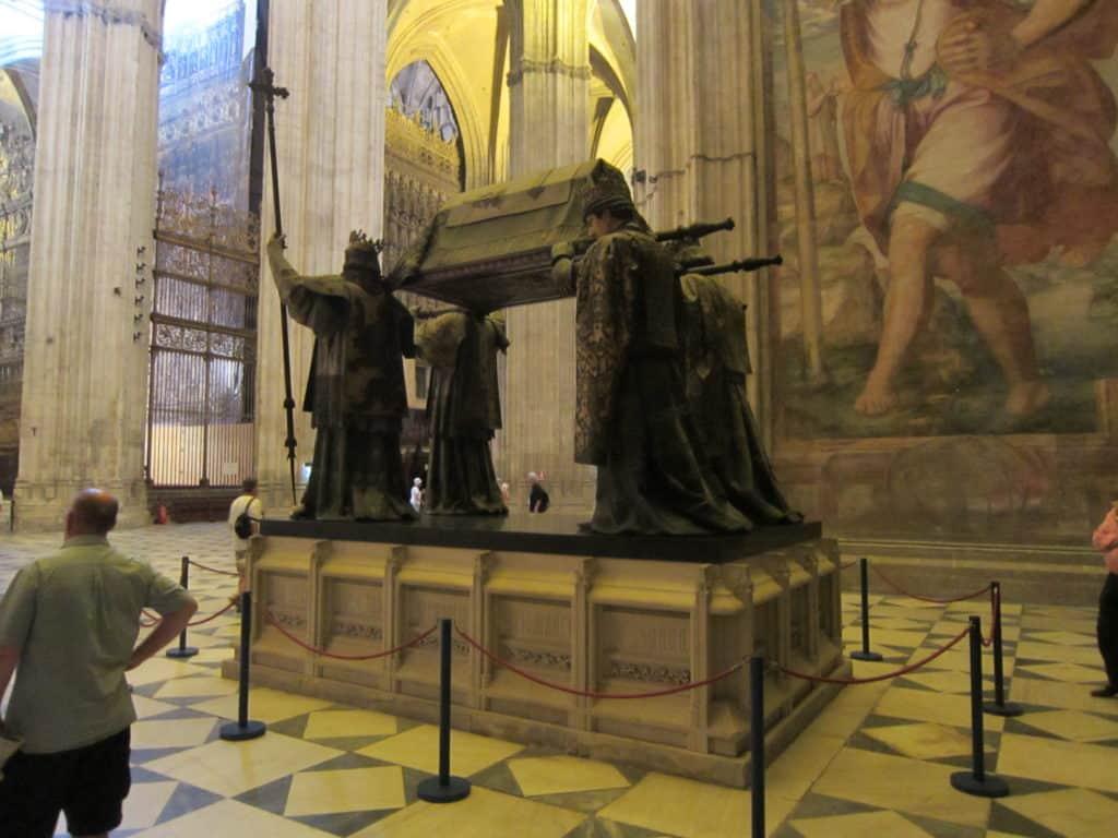 Vista mais aberta do túmulo de Cristóvão Colombo.