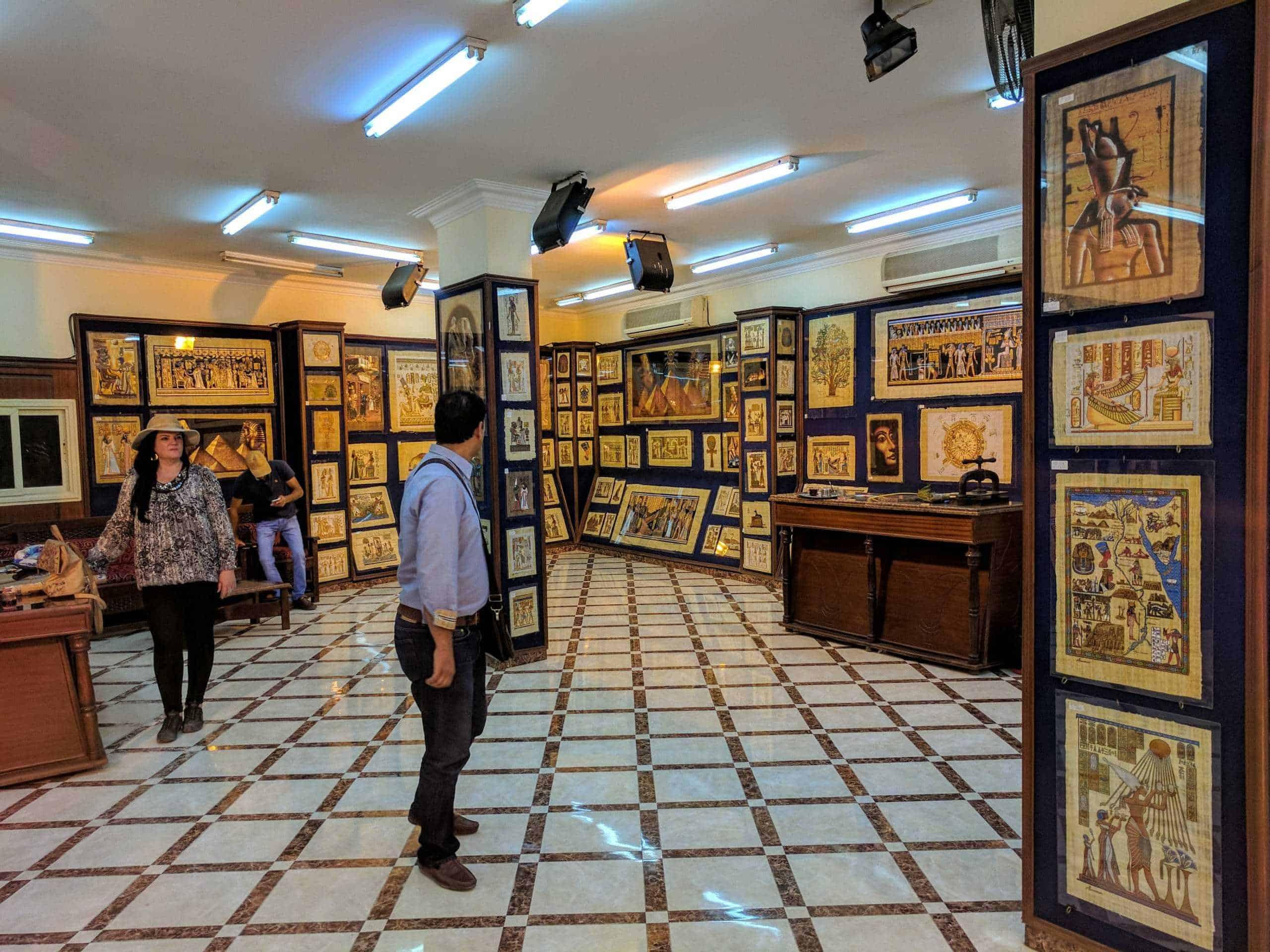 Gastos no Egito também envolvem uma visita a uma loja de papiros.