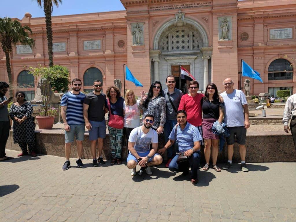 Clientes do Meu Egito em frente do Museu do Cairo.