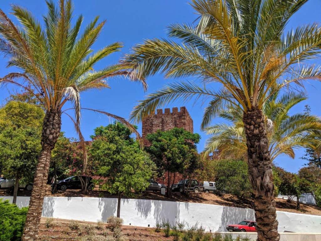 O Castelo de Silves visto à distância.