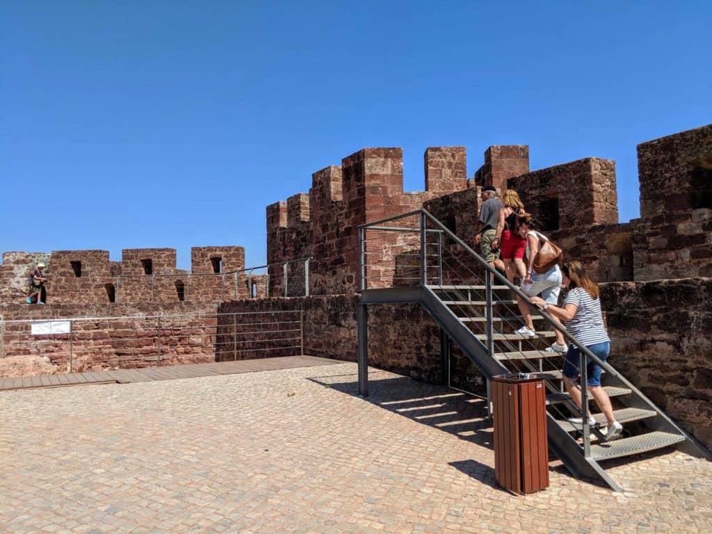Turistas subindo nas muralhas.