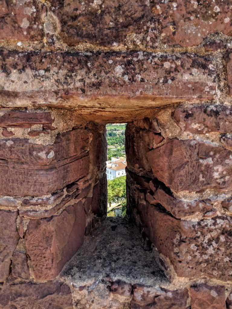 Fenda para observação e defesa na muralha