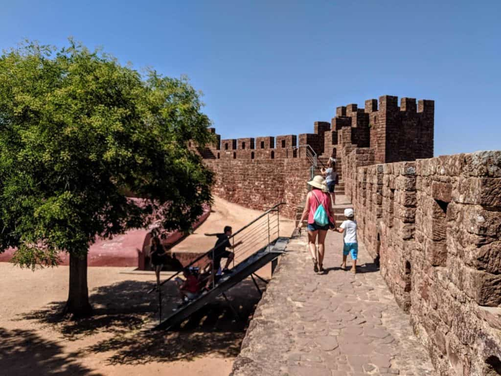 Turistas caminham nas muralhas