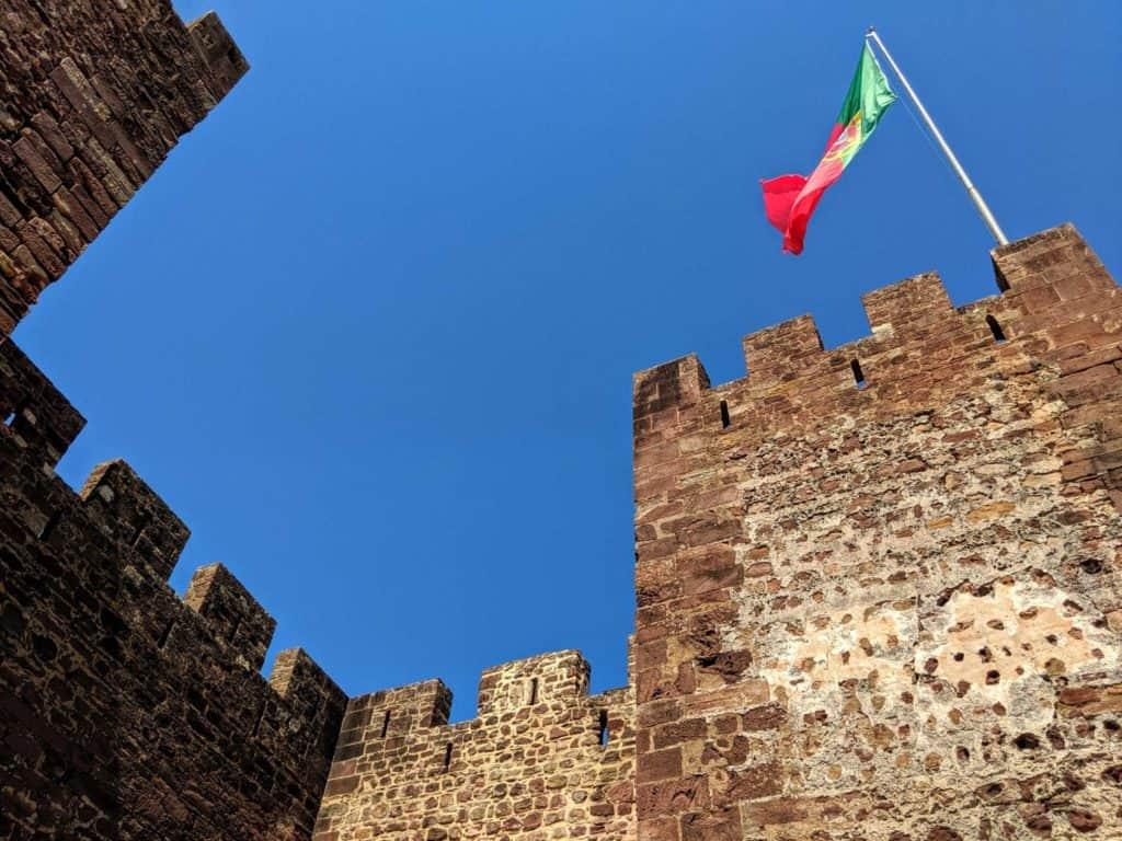 Detalhe do exterior do Castelo de Silves, com bandeira de Portugal.
