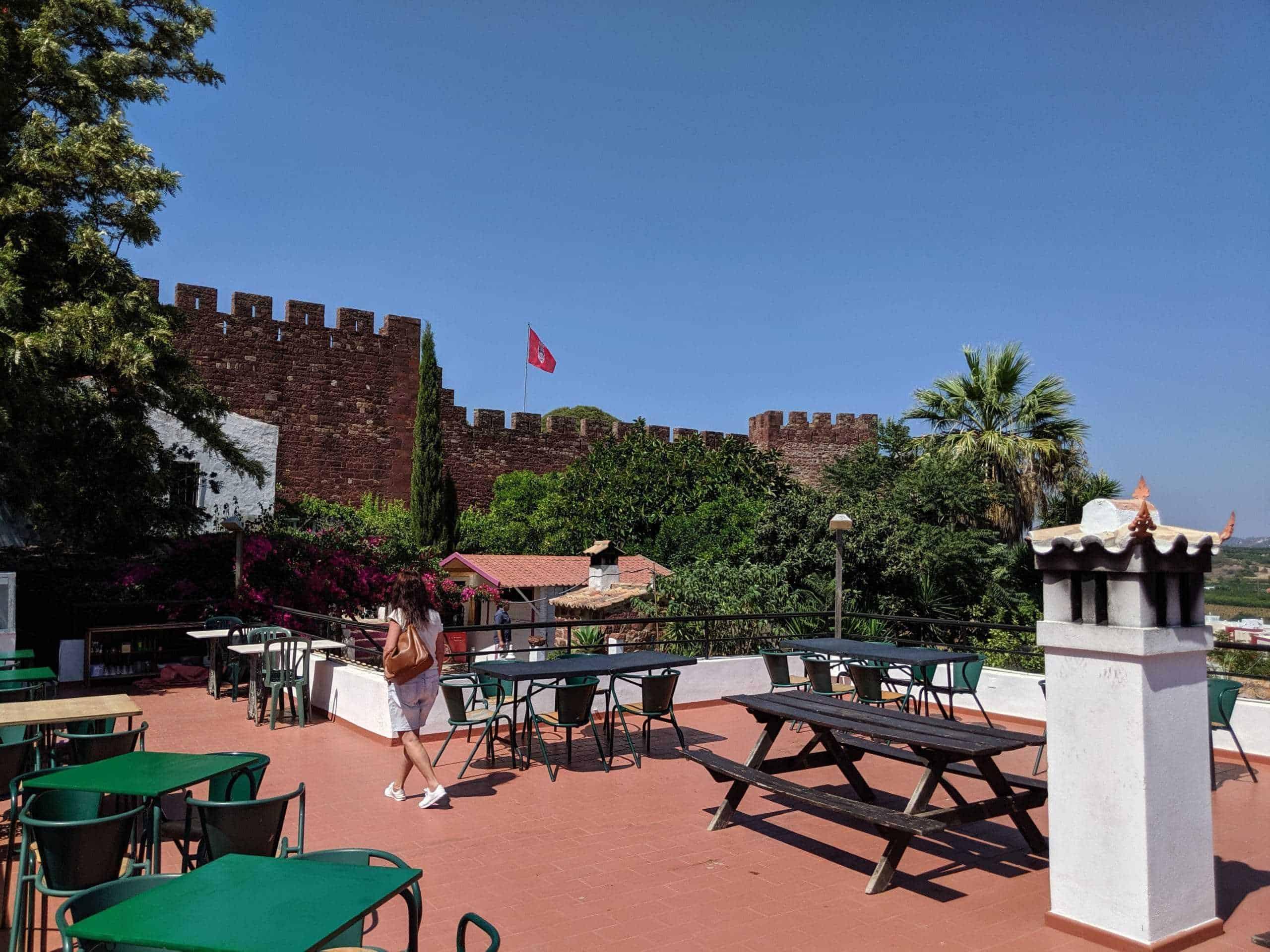 O restaurante em Silves tem vista para o castelo.